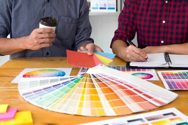 Grafiska formgivare väljer färger från färgmusikbandprövkopiorna för design Märkes- grafiskt kreativitetarbetsbegrepp royaltyfri bild