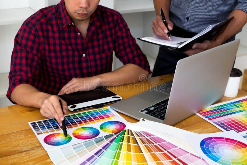 Grafiska formgivare v?ljer f?rger fr?n f?rgmusikbandpr?vkopiorna f?r design M?rkes- grafiskt kreativitetarbetsbegrepp royaltyfri foto