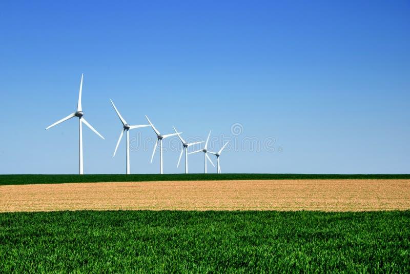 Grafiskt modernt landskap av vindturbiner royaltyfri fotografi