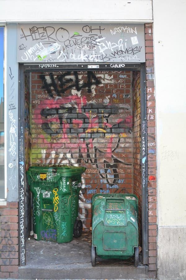 Grafitii e bidoni della spazzatura a Portland, Oregon fotografie stock