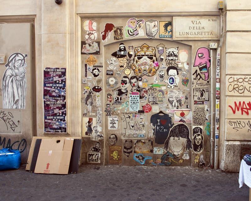 Grafitti along via Della Lungaretta i Trastevere, Rome royaltyfri foto