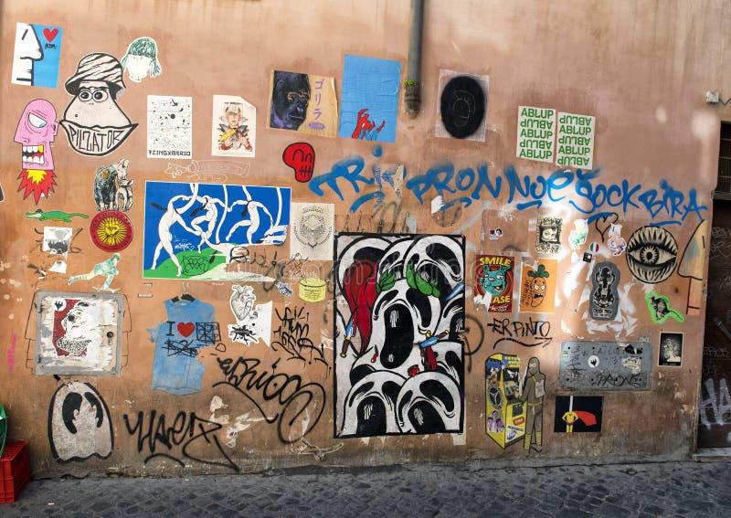 Grafitti along via Della Lungaretta i Trastevere, Rome royaltyfria foton