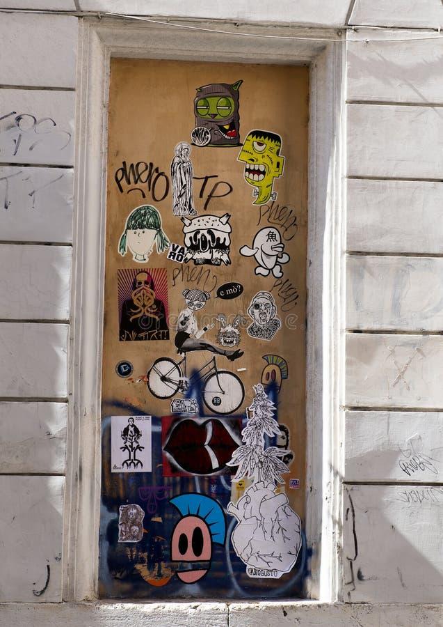 Grafitti along via Della Lungaretta i Trastevere, Rome royaltyfri fotografi
