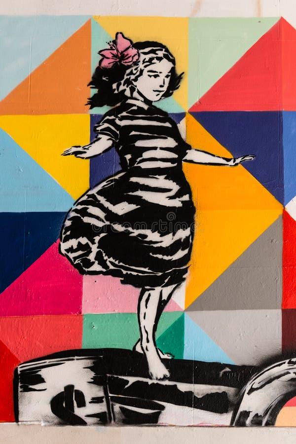 Grafitti av att balansera flickan arkivbilder