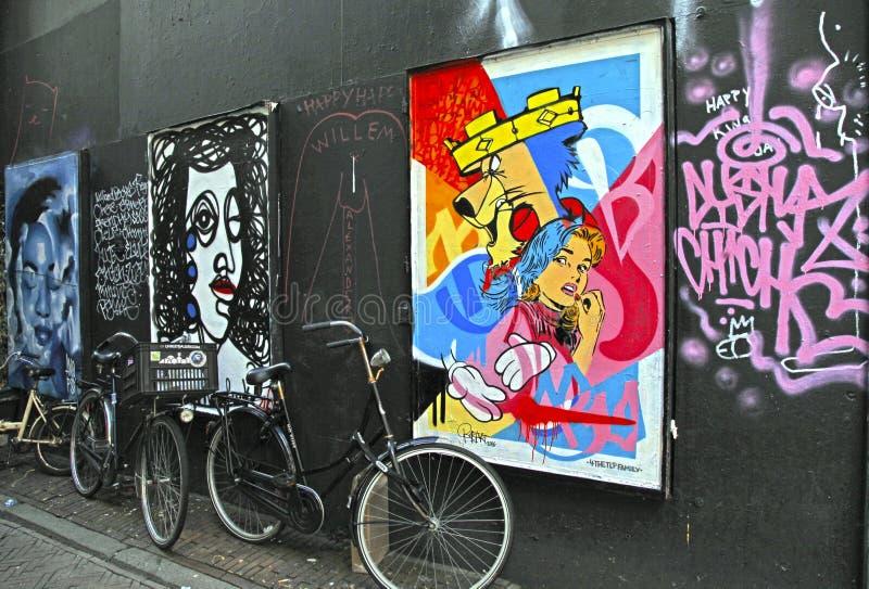Grafitti dekorerade väggen i mitt av Amsterdam, Nederländerna arkivbild