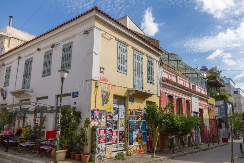 Grafitti och coffee shop i den Psirri grannskapen i Aten royaltyfri fotografi