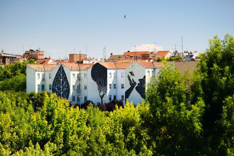 Grafitti och målningar på husbyggnader nära Puente de Toledo i Madrid royaltyfria foton