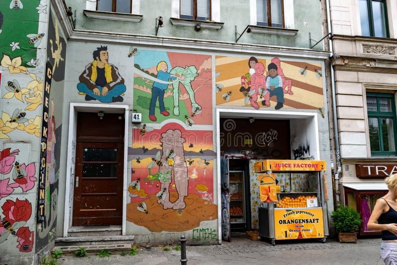 Grafitti och väggmålningar i en grannskap av Berlin royaltyfri foto