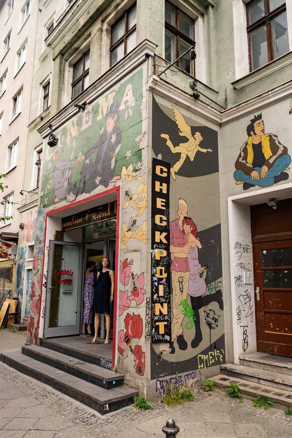 Grafitti och v?ggm?lningar i en grannskap av Berlin arkivbild