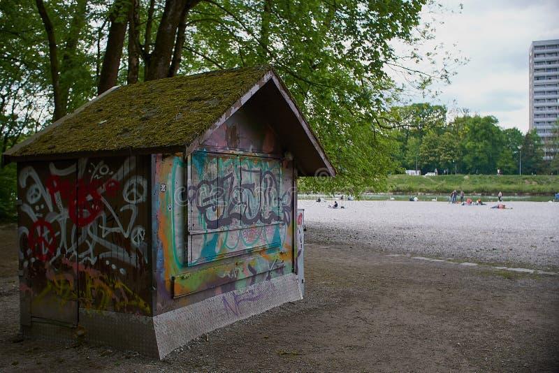 Grafitti på en stuga på flaucheren i munich nära isaren Bayern royaltyfri bild