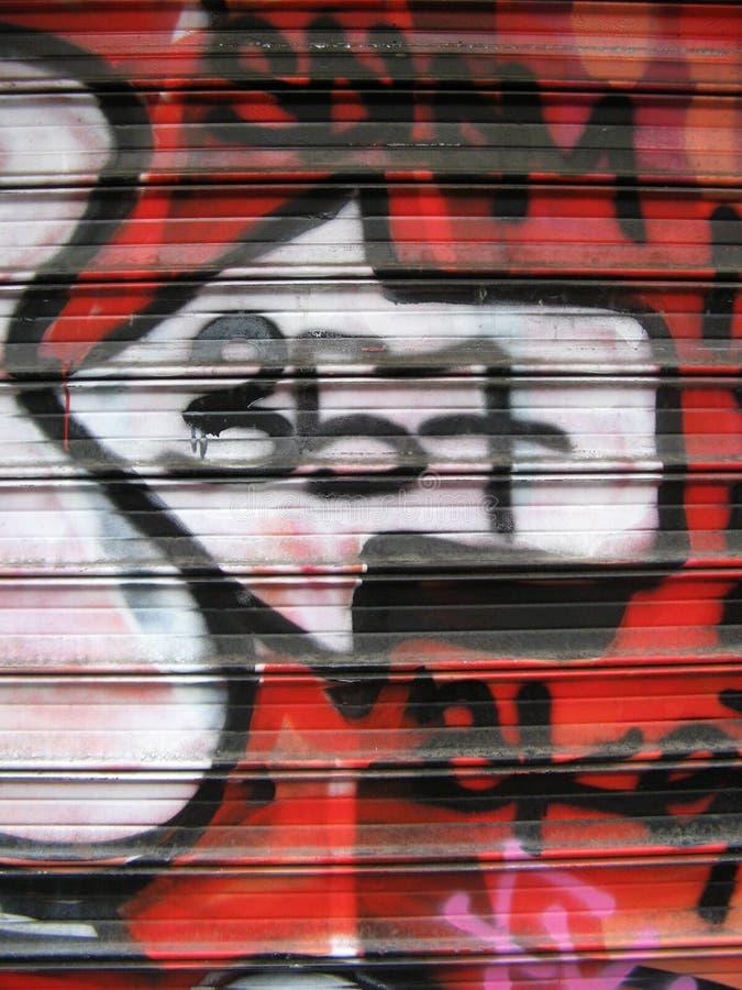 grafitti shoppar fönstret royaltyfria foton