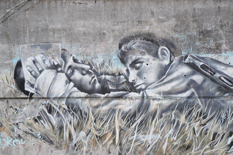 Grafittigatakonst på en betongvägg i Tver, Ryssland royaltyfri foto