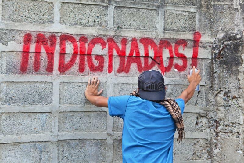 grafittiindignadosperson som protesterar arkivfoto