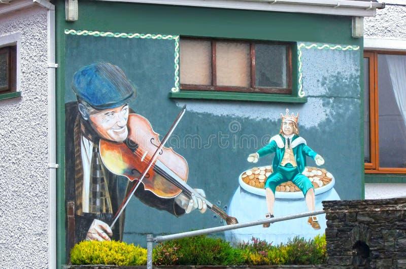 Grafittikonst av en man som spelar lurendrejeri arkivfoto