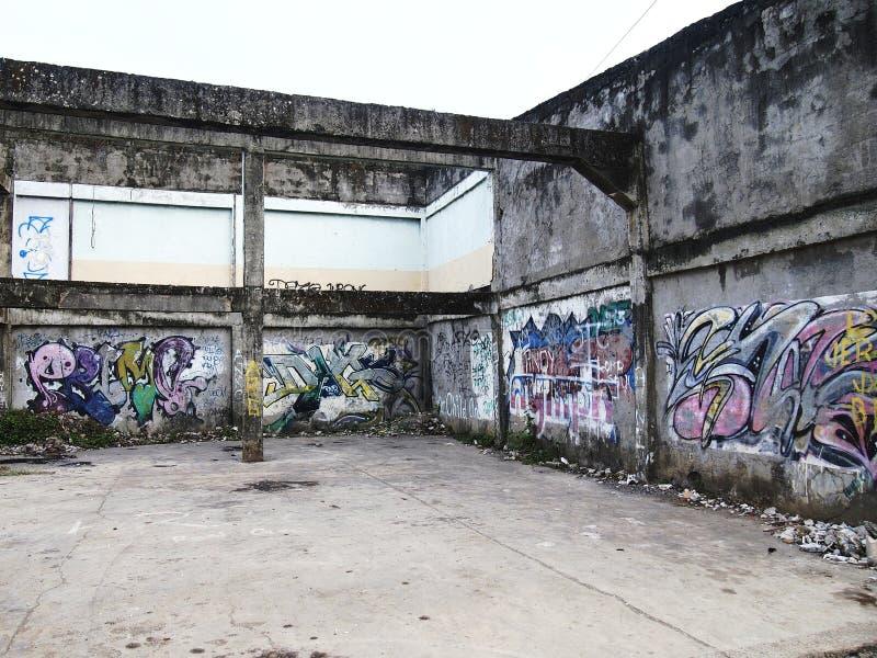 Grafittikonst på en vägg av en övergiven byggnadsstruktur i den Antipolo staden, Filippinerna royaltyfri fotografi
