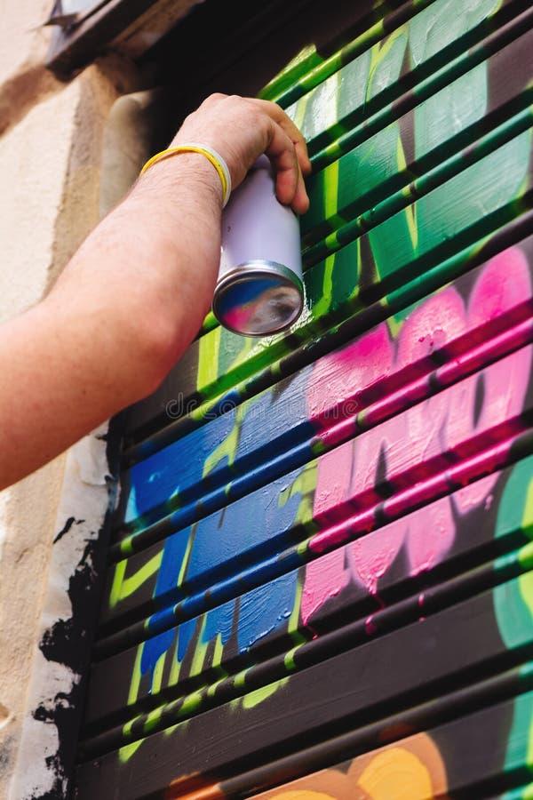 Grafittipojke, sprejmålning i gatan royaltyfria bilder