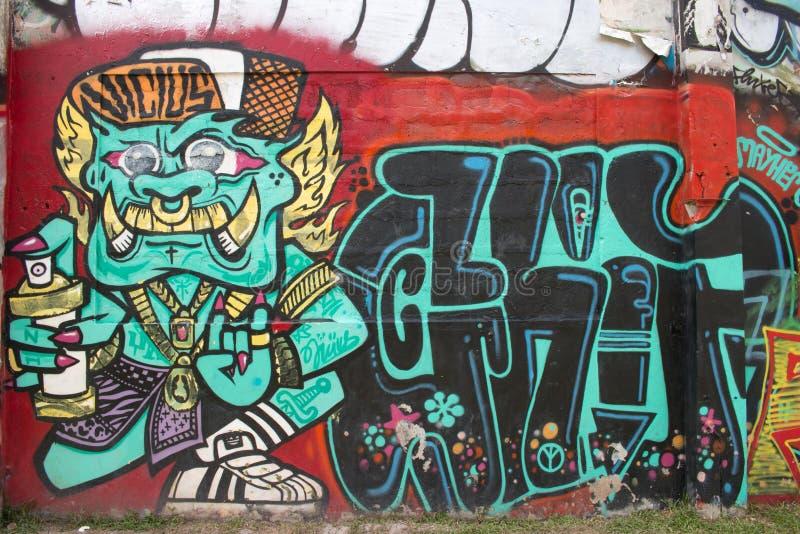 Grafittis abstratos por um artista não identificado na parede fotos de stock