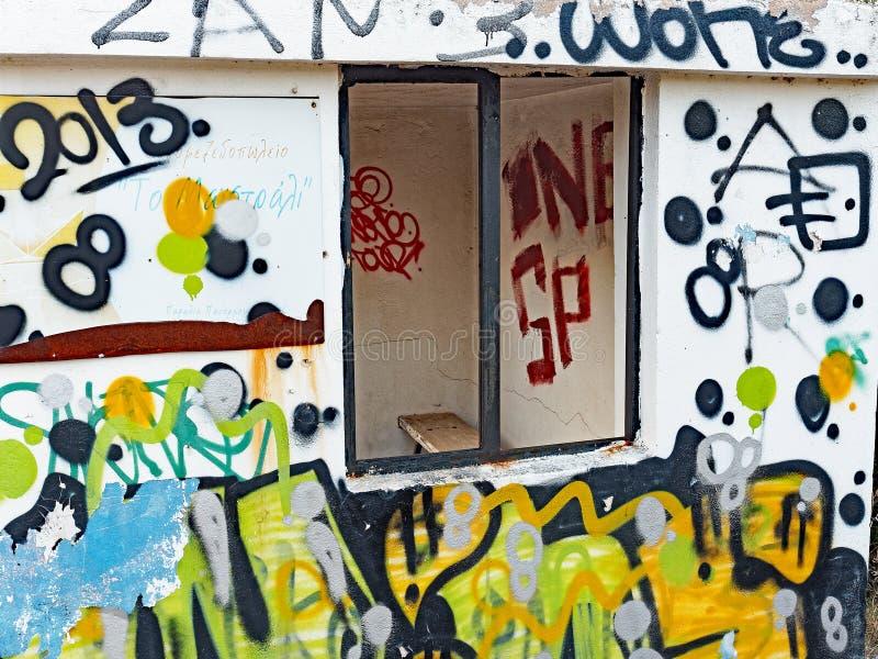 Grafittis aleatórios no abrigo de ônibus concreto fotos de stock