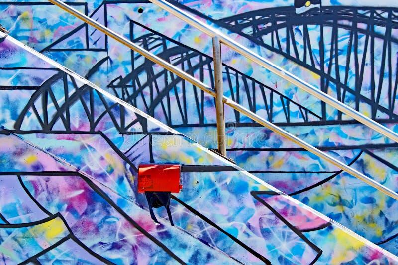 Grafittis coloridos em etapas e em parede foto de stock