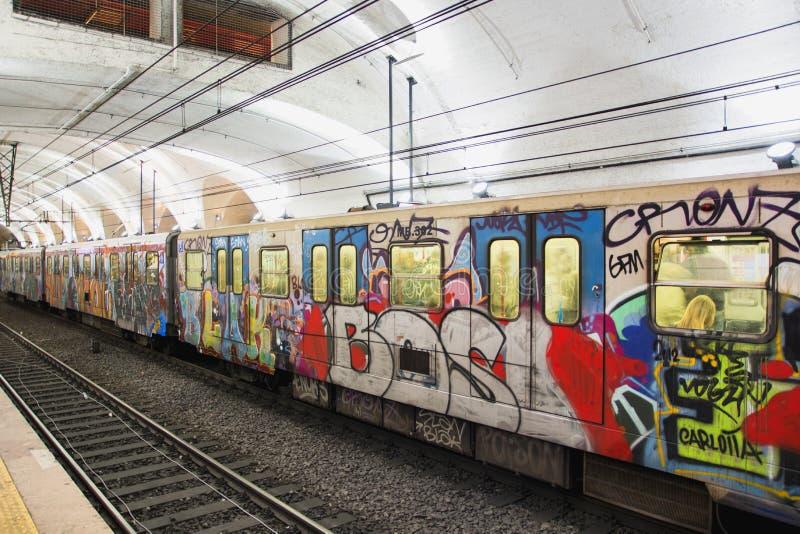 Grafittis coloridos em um trem do tubo imagens de stock royalty free