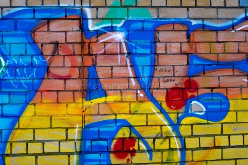 Grafittis coloridos em uma parede de tijolo fotografia de stock royalty free
