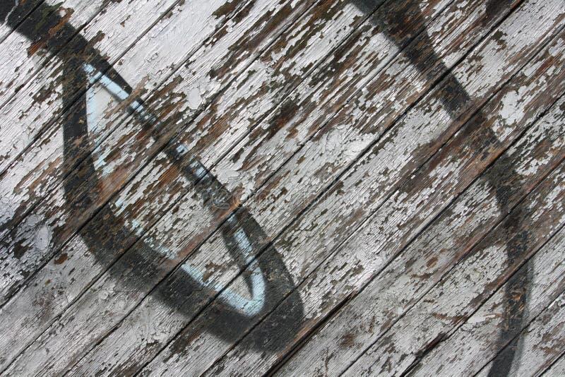 Grafittis da casca na parede de madeira foto de stock royalty free