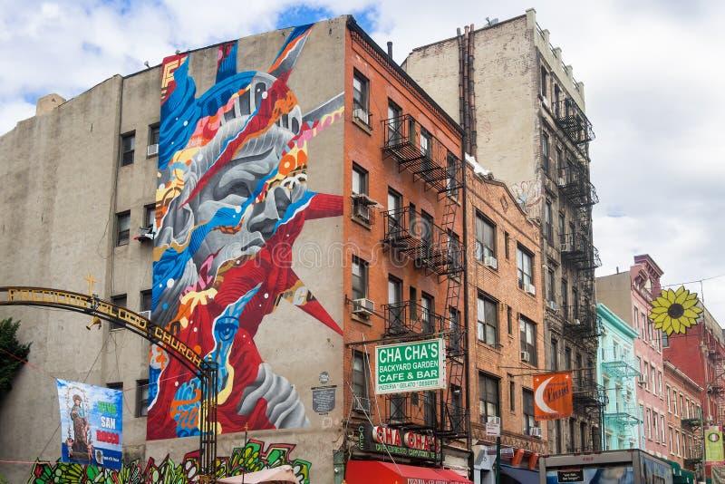Grafittis da estátua da liberdade em pouco Itália em New York fotografia de stock royalty free
