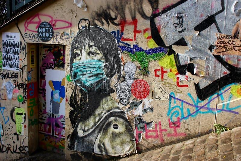 Grafittis da menina no facemask na rua de Paris imagem de stock royalty free