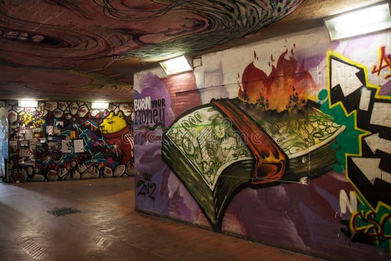 Grafittis da passagem subterrânea imagem de stock