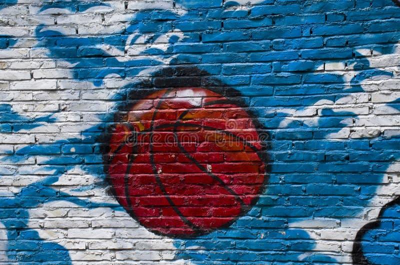Grafittis de um basquetebol na parede imagens de stock royalty free