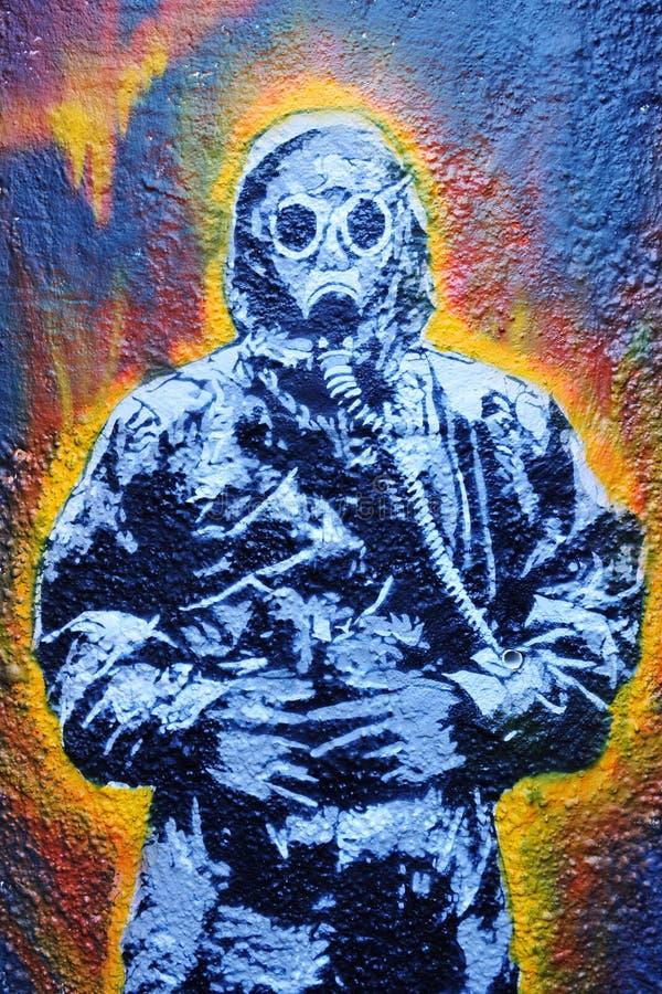 Grafittis de um homem em um terno de Hazmat imagem de stock royalty free
