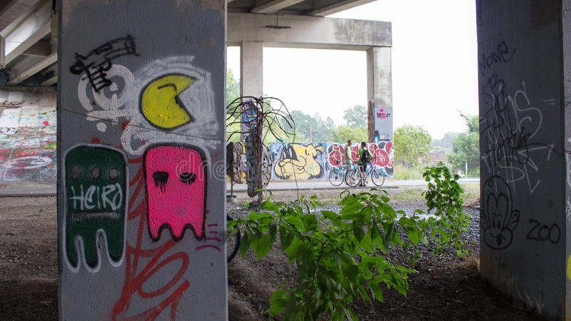 Grafittis do divertimento sob uma ponte fotos de stock