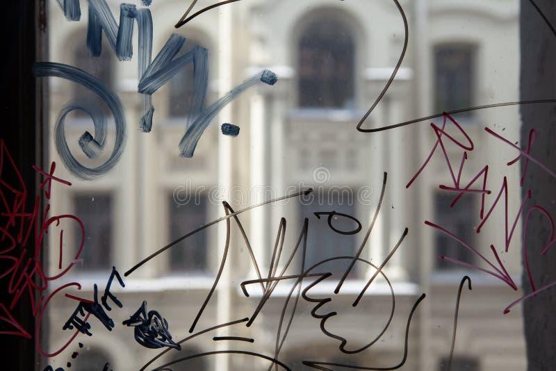 Grafittis do vândalo na janela de uma casa imagem de stock royalty free