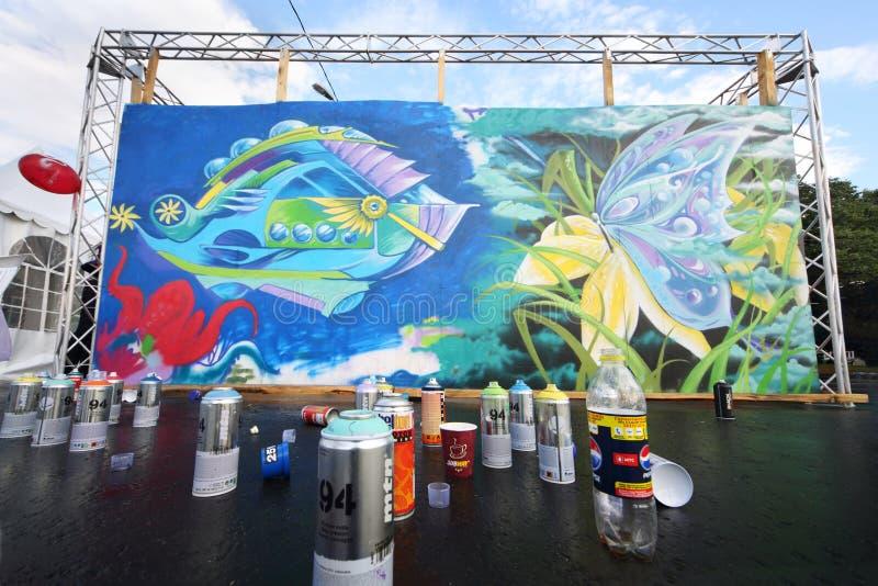 Grafittis em povos brilhantes do festival imagens de stock