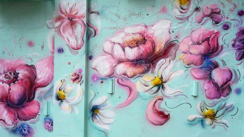Grafittis, flores bonitas, pe?nia de floresc?ncia, pintura mural imagens de stock royalty free