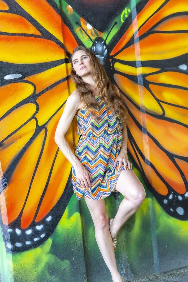 Grafittis morenos bonitos de Posing Outdoors Against do modelo fotografia de stock