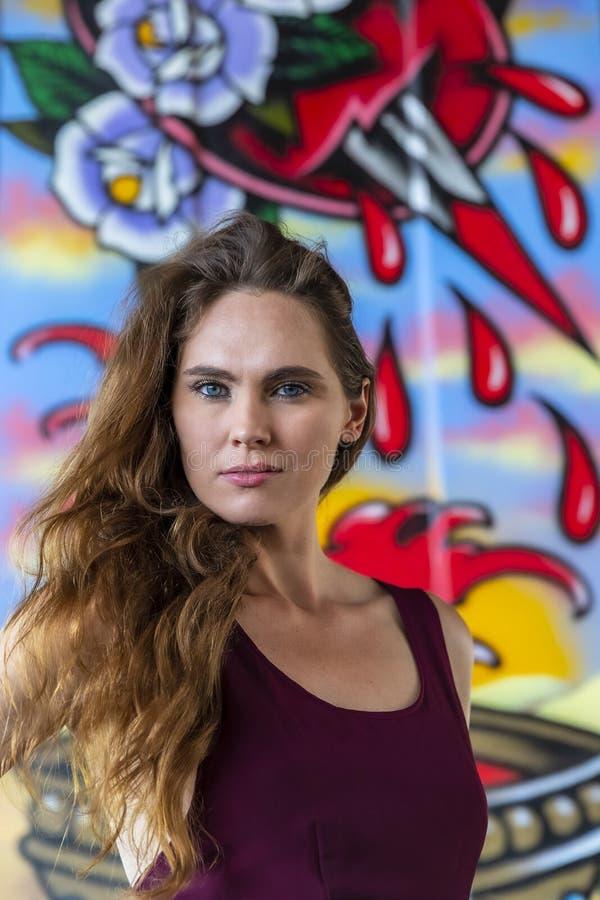 Grafittis morenos bonitos de Posing Outdoors Against do modelo imagem de stock