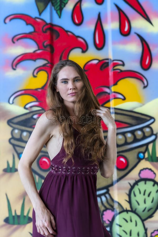 Grafittis morenos bonitos de Posing Outdoors Against do modelo fotos de stock