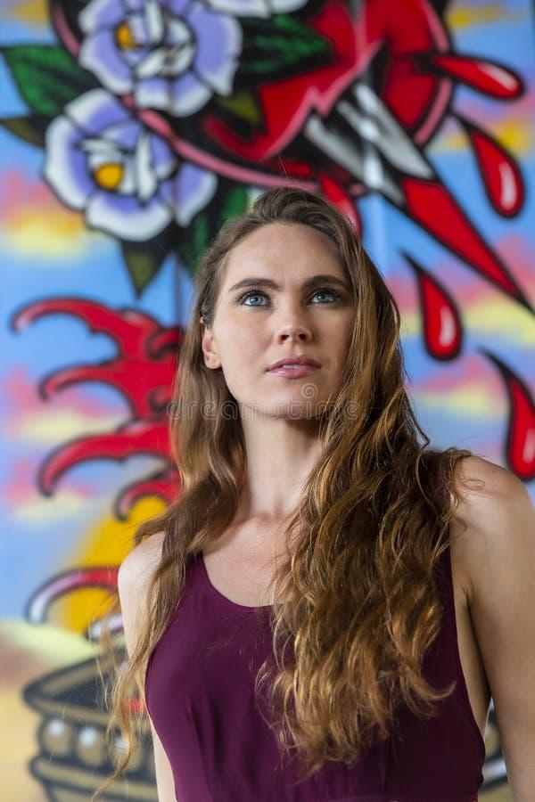 Grafittis morenos bonitos de Posing Outdoors Against do modelo imagem de stock royalty free