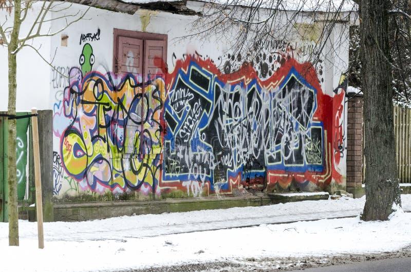Grafittis na parede da casa fotografia de stock royalty free