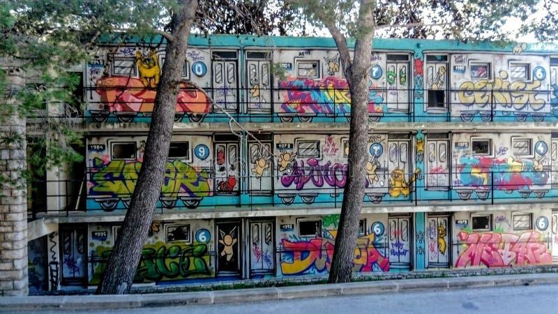Grafittis na parede da casa imagem de stock royalty free