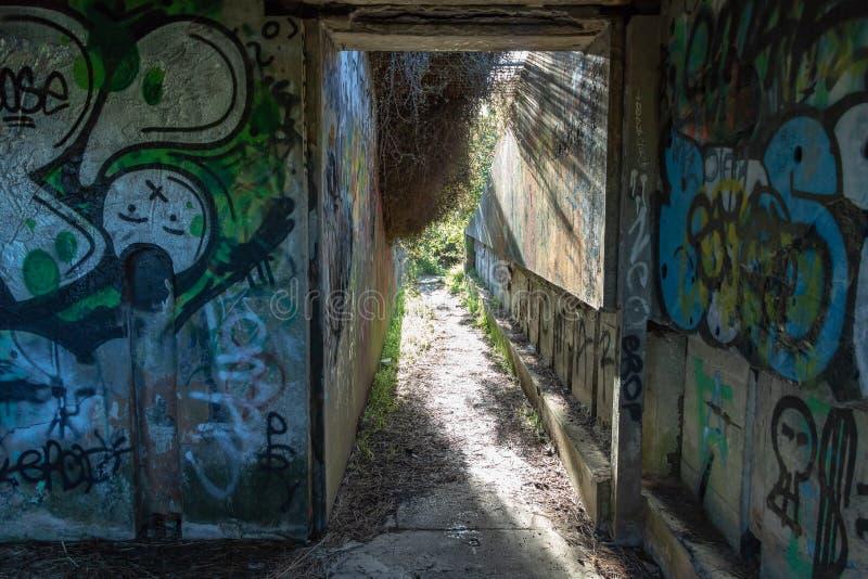 Grafittis no depósito abandonado segunda guerra mundial fotografia de stock royalty free