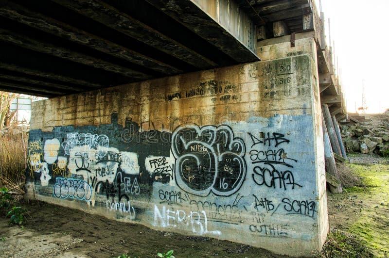 Grafittis sob a ponte do trem em Lathrop fotos de stock royalty free