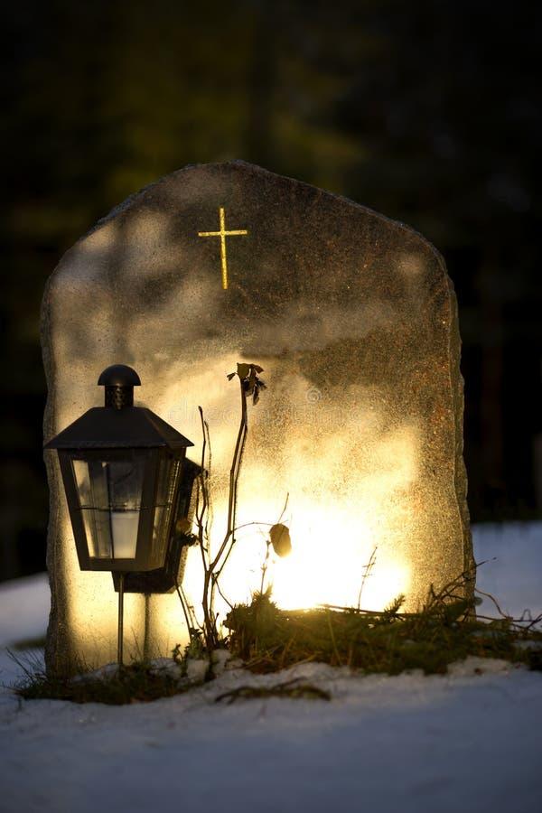 Grafsteen die avond op licht wijzen royalty-vrije stock fotografie