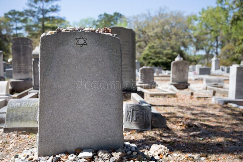 Grafsteen in Joodse Begraafplaats met Jodenster en Geheugensteen stock foto's