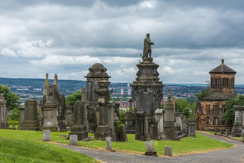Grafstenen bovenop heuvel in Glasgow Necropolis, Schotland het UK royalty-vrije stock foto's