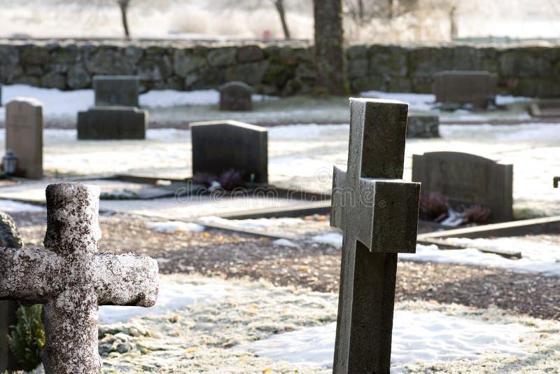 Grafstenen op de winterdag royalty-vrije stock afbeeldingen