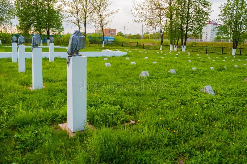 Grafstenen van de herdenkings militaire begraafplaats van Kolmovo Veliky Novgorod, Rusland stock foto