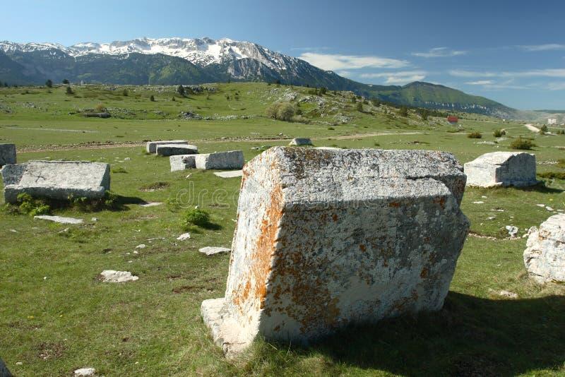 Grafzerken op plateau Dugo Polje in Bosnia stock fotografie