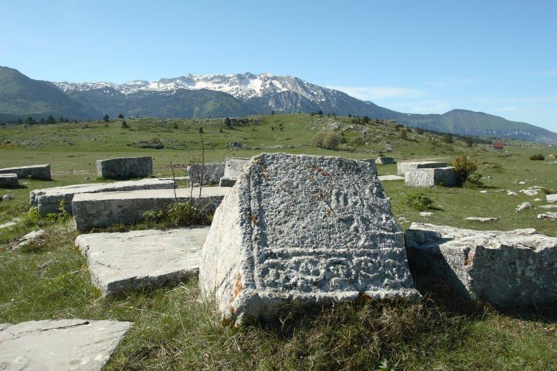Grafzerken op plateau Dugo Polje in Bosnia royalty-vrije stock afbeeldingen